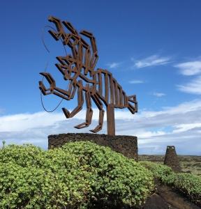 Die Skorpion-Skulptur der Jameos de Aqua in Lanzarote erstreckt sich gen blauen Himmel.