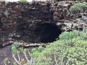 Auf dem Bild ist ein großes Loch im Felsen zu sehen - der Eingang zu der Cueva de los Verdes.