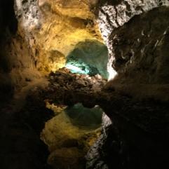 Auf dem Bild ist das Innere der Grotte 'Cueva de los Verdes' in allen Farben leuchtend zu sehen.