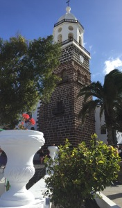 Der Kirchturm des Bergdorfs Teguise auf Lanzarote