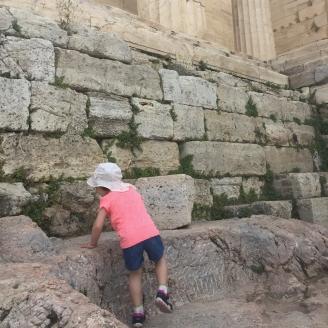Kleinkind-klettert-auf-Akropolis-Athen