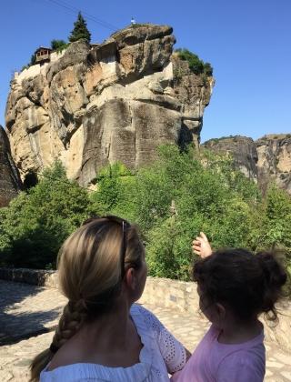 Kloster-Meteora-Aufstieg-mit-Kindern