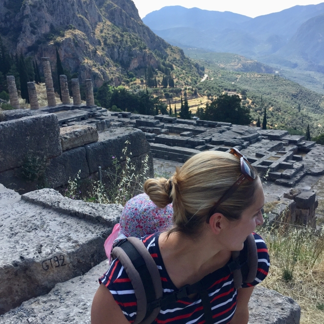 Tempel-des-Apollos-mit-Kleinkindern-Griechenland