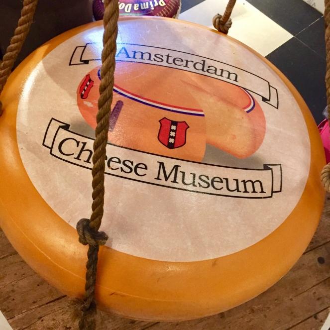 Das Bild zeigt einen großen Käselaib aus dem Käsemuseum in Amsterdam.