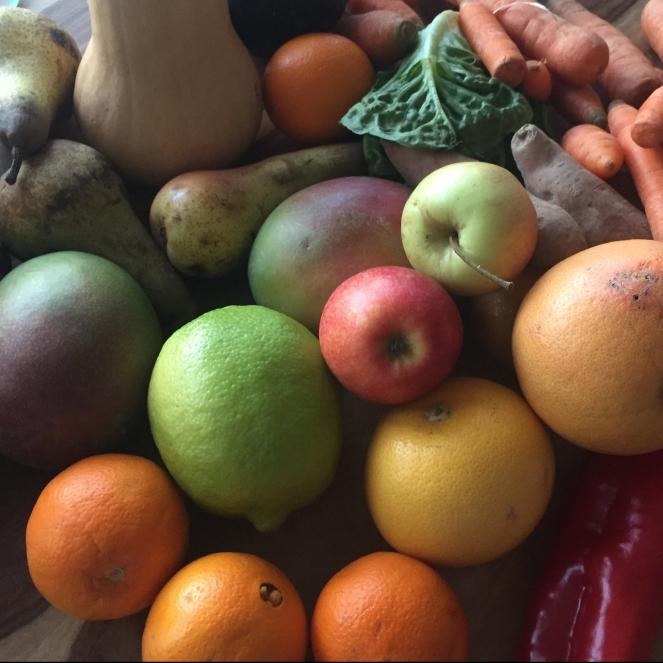 Das Bild zeigt eine Ansicht auf viele verschiedene Obst- und Gemüseteile, die in ihrer Optik nicht perfekt sind.
